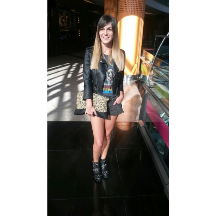 Recien salida de la pelu! #cerini. #ootd: Shorts: Kosiuko, t-shirt: Rapsodia, leather jacket Nasty Gal, cut out boots Ona Saez, clutch Bershka