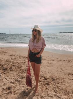 camisa anudada para la playa